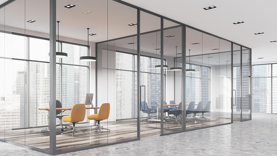 Open kantoorruimte afgesloten met glaswanden